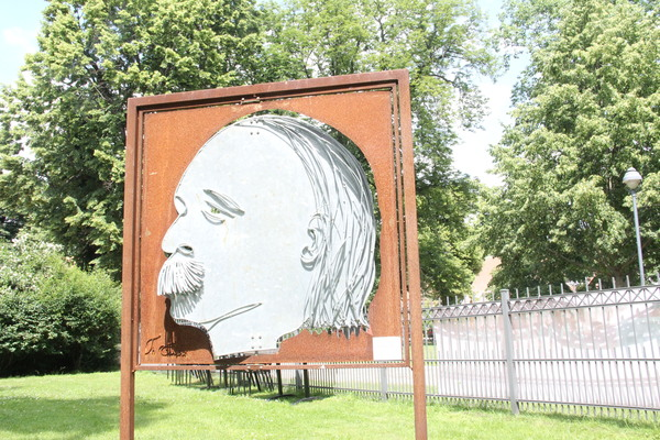 Nach diesem Charakterkopf im Garten von Schloss Ribbeck war gefragt. Foto: Marlies Schnaibel