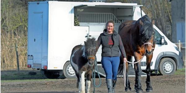 Katrin Bernat – hier mit Pony-Wallach Winnie und Stute Lady – hat sich nach 20 Jahren in der Buchhaltung einen Traum erfüllt und einen Pferdetransport-Service gegründet. Quelle: Bernd Gartenschläger
