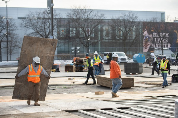 Crews construct a new mass COVID-19 vaccination site on one of United Center's parking lots. | Pat Nabong/Sun-Times