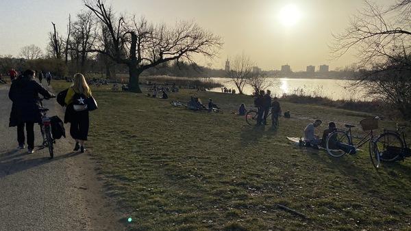 Der Park Babelsberg im Frühling. Die Parkordnung interessiert viele nicht. Foto: Volkmar Klein