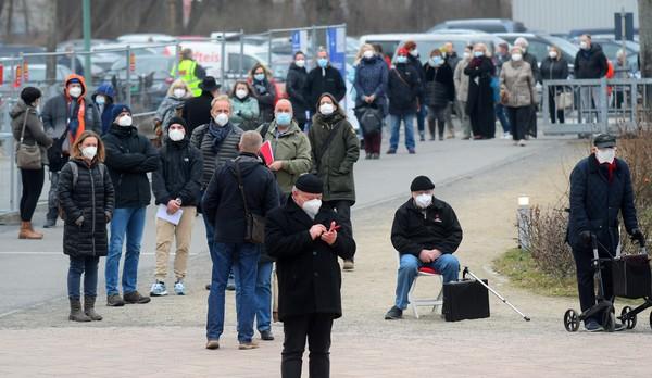 Warteschlange vor dem Impfzentrum Metropolis-Halle. Foto: Bernd Gartenschläger