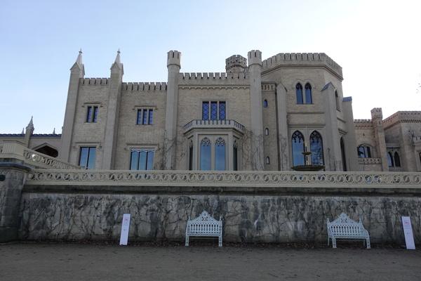 Das Schloss Babelsberg mit zwei der vier Bänke. Foto: Peter Degener