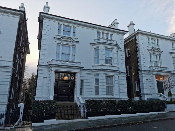 La casa en Kensington donde se reunía la sociedad. Se encuentra en 44 Phillimore Gardens en Kensington. Fuente: https://inspiringcity.com/2020/12/27/a-walk-through-the-suffragette-history-of-kensington/