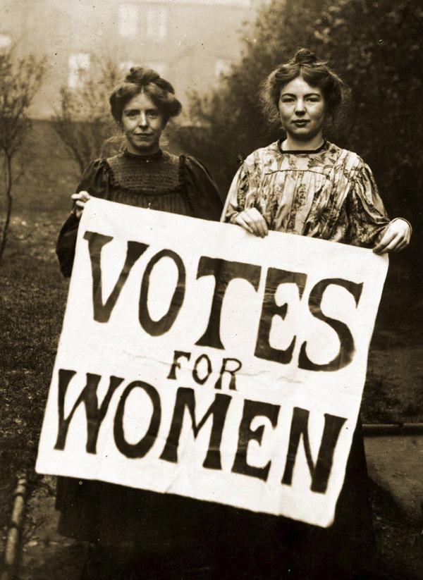 """Annie Kennedy y Christable Pankhusrt con la pancarta de """"Votos para las mujeres"""" en 1908"""