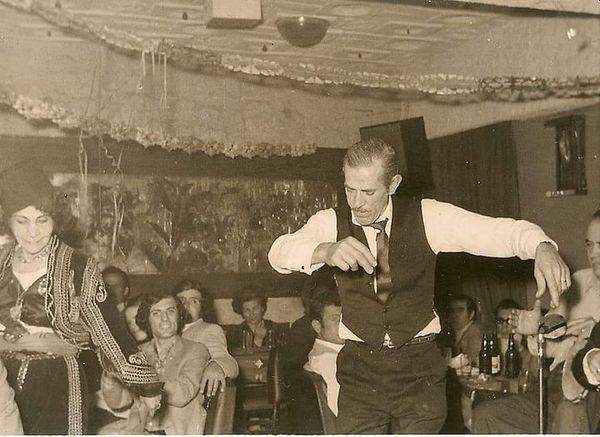 O αείμνηστος παππούς της Έρσης Βατού, Μήτσος Ταουξής του Μηνά από την Ιωνία, υαλογλύπτης, χορεύει κάποιες Απόκριες πλάι στη Ρόζα Εσκενάζυ