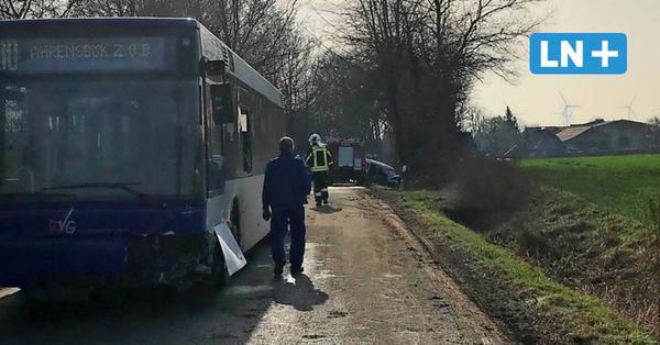 Unfall mit zwei Verletzten: Schulbus und Auto kollidieren bei Dakendorf