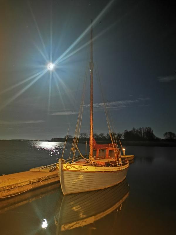 Sternenklarer Himmel und Vollmond über Lassan (Foto: Gudrun Kallaene)