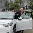 Autostadt: Ex-VW-Chef Carl Hahn holt seinen gletscherweißen ID.3 ab