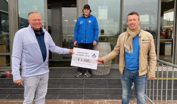 Cheque voor vv Schoonhoven en op naar nieuwe lichtinstallatie