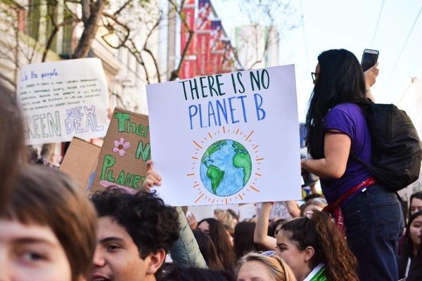 Rebecca Solnit roept op tot een hoopvolle klimaatrevolutie
