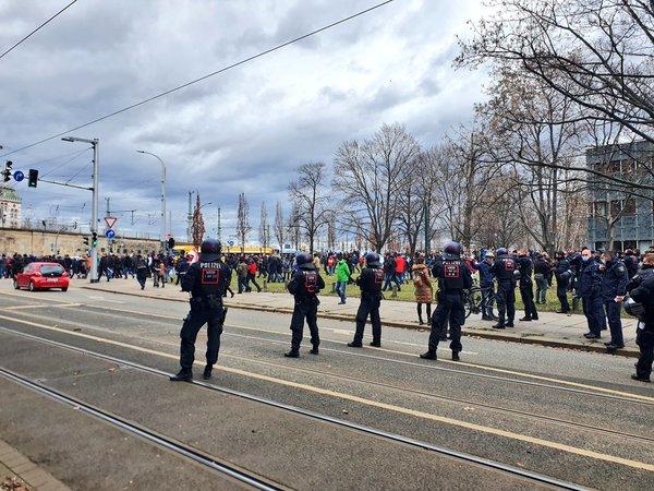 Kurz vor dem Angriff: Querdenker-Demo am 13. März in Dresden. Foto: @Pixel_Roulette