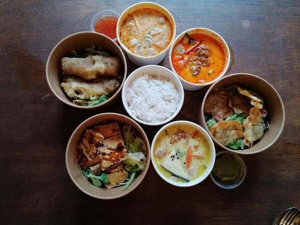 Rotes und grünes Curry, Kokosmilchsuppe, Reispapierrollen, Zitronengras-Chili und gefüllte Taschen. Foto: privat