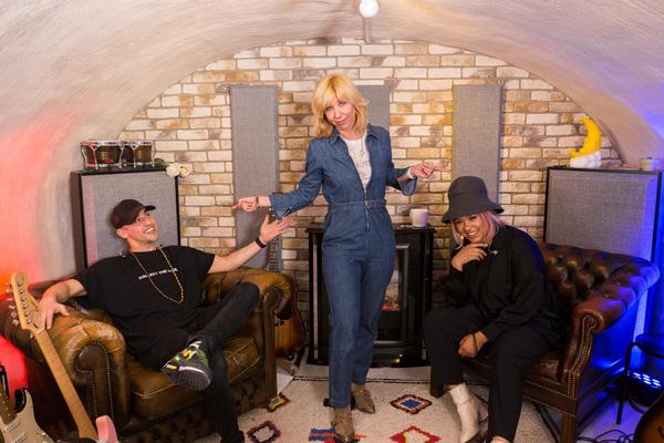 Claudia en haar muzikanten in hun 'Safe Cave' (bron: BNN-VARA)