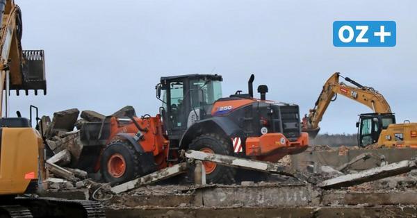 Abrissbagger schaffen Platz für neues Baugebiet in Pütnitz