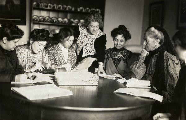 Líderes de WSPU Flora Drummond, Christabel Pankhurst, Annie Kenney, Emmeline Pankhurst, Charlotte Despard con dos activistas más.