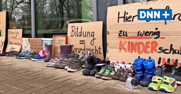 Protest mit Schuhen und Stiefeln: Familien in Sachsen machen mobil gegen Schulschließungen