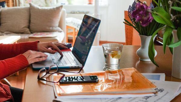 Plötzlich digital arbeiten? Ältere lernen das nicht schlechter, aber anders