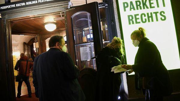 """Pilotprojekt der Berliner Bühnen: """"Echte Menschen, ist das schön"""""""