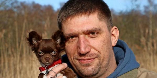 Steffen Hückstädt (39) mit Chihuahua Saskia. (Foto: Timo Richter)