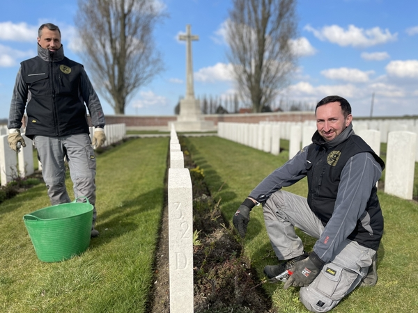 Recherche : jardinier pour entretenir les sépultures de guerre - Gezocht: tuinman voor oorlogsgraven