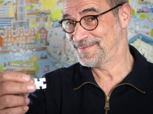 Gemeinsam mit der MAZ hat Karikaturist Jörg Hafemeister ein Potsdam-Puzzle herausgebracht. Foto: Detlev Scheerbarth