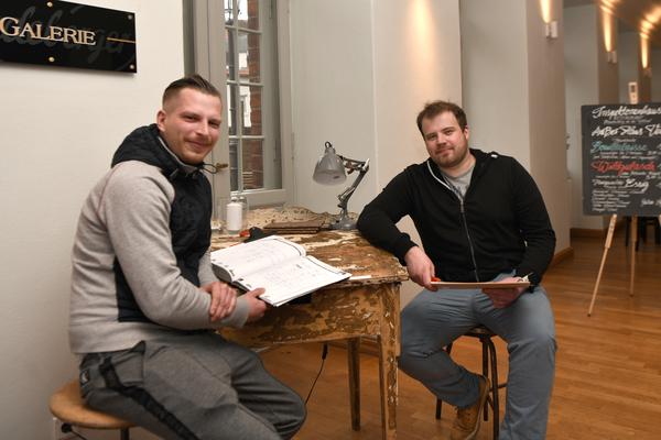 "Benjamin Döbbel (l.) und Jasper Krombholz laden zum ""Four-Hands-Dinner"". Foto: Rüdiger Böhme"