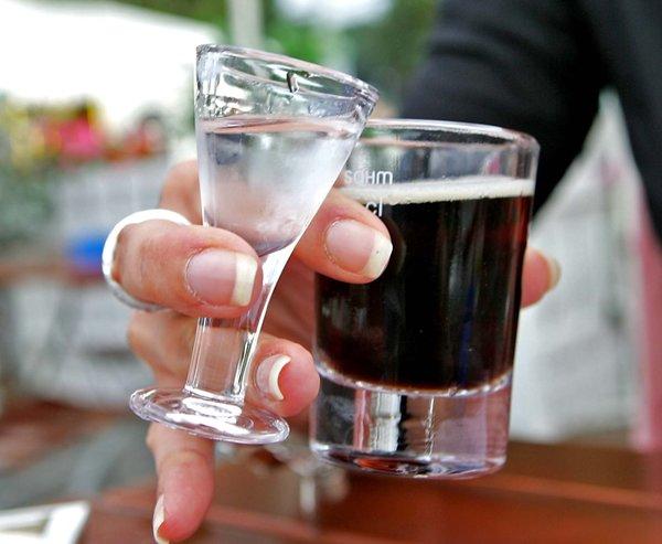 Die Lüttje Lage gibt es als Getränk - und als Glosse. (Foto: Rainer Dröse)
