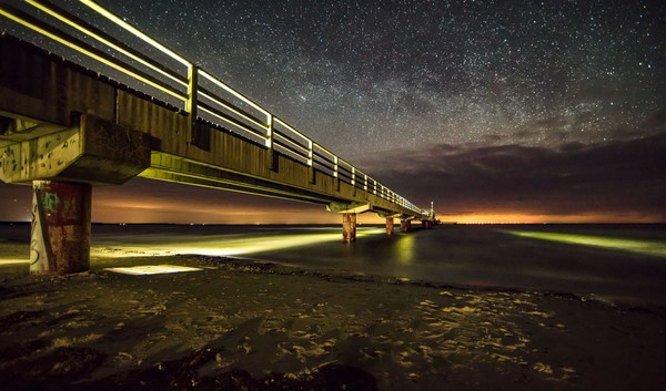 Seebrücke Prerow bei Nacht. Foto: Klaus Haase