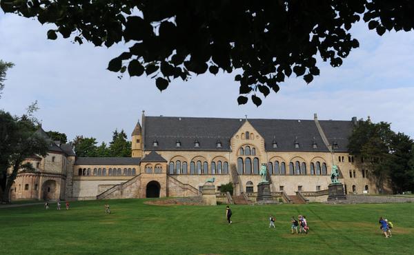 Die Kaiserpfalz ist das Wahrzeichen Goslars. Ganz in der Nähe beginnt die Wanderung. (Foto: Peter Steffen/dpa)