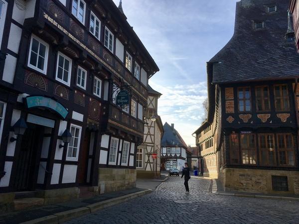 Goslars Altstadt ist nicht immer so leer wie auf diesem Bild. (Foto: Swen Pförtner/dpa)