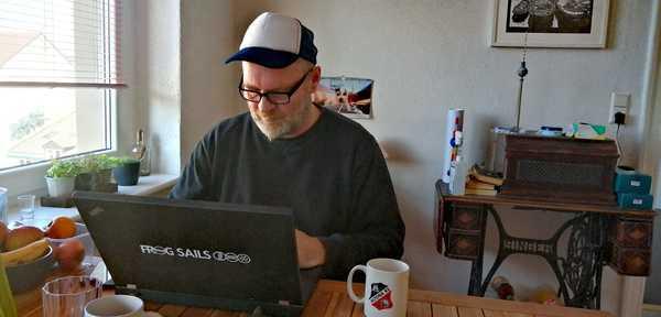 Stephan Boden beim Schreiben seiner MAZ-Kolumne. (Foto: privat)