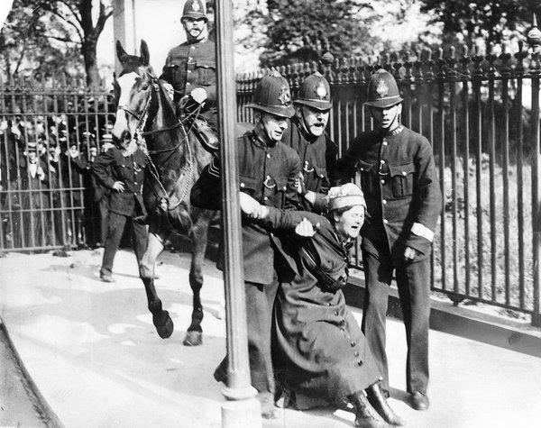Suffragette retenida por la policia en 1910