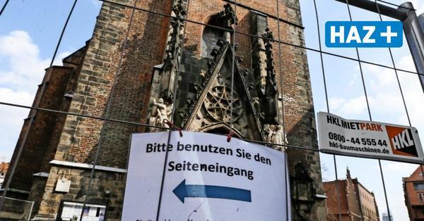 Skulptur droht abzustürzen: Hauptportal der Marktkirche ist gesperrt
