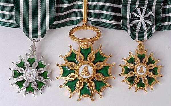 Insignes de chevalier, commandeur et officier de l'Ordre des Arts et Lettres (1957).