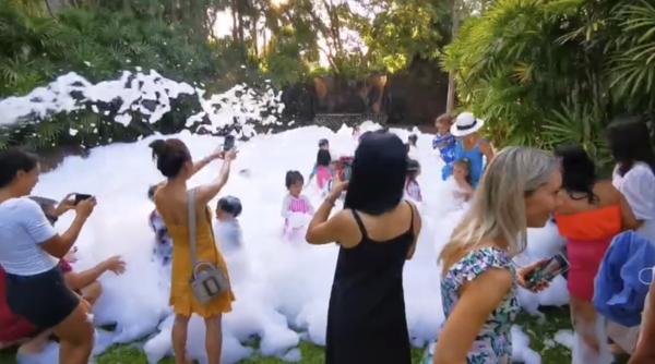 裏庭で泡パーティー