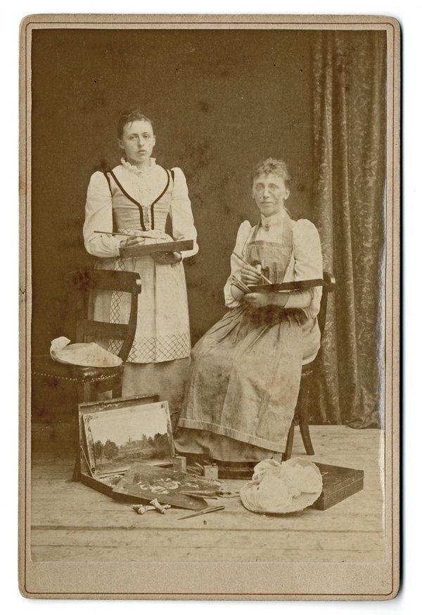 Agatha Zethraeus (links) en Henriëtte van de Poll - hofdame van koningin Emma (herkomst: coll. RKD)