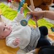 Agiter un hochet devant les yeux d'un bébé : quel intérêt ?