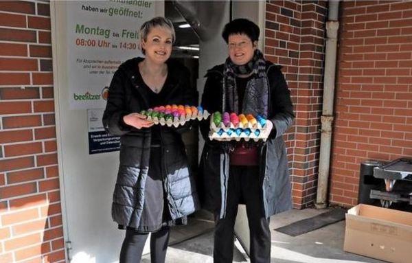 Susanne Hennig (l.) übergibt gefärbte Eier Manuela Liß.Foto: Gesine Michalsky