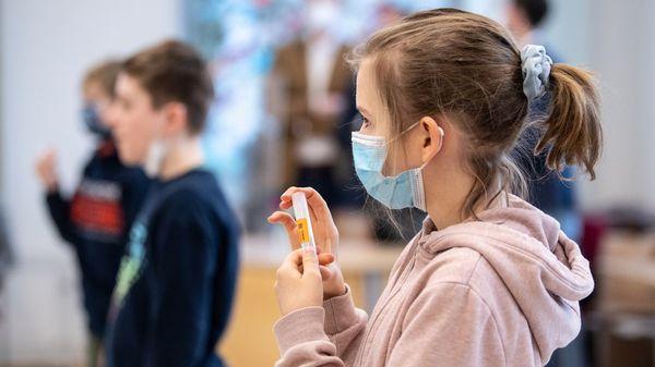 Britische Coronavirus-Variante: Sind Kinder und Jugendliche besonders anfällig für B.1.1.7?