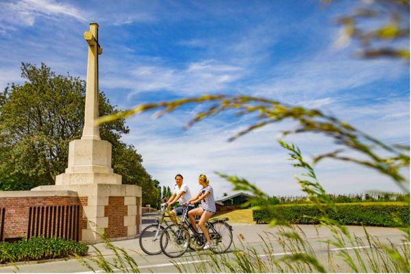 Une véloroute le long des paysages de la ligne du Front de la Grande Guerre de Nieuwpoort à Messines. - Frontroute is icoonfietsroute