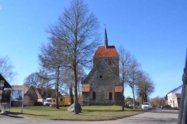 Die Kirche von Uenze ist ein Hingucker - und einen Stopp wert. Foto: Bernd Atzenroth