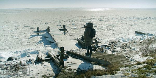 Dave Budha kuiert door bevroren polder (bron: NTR)