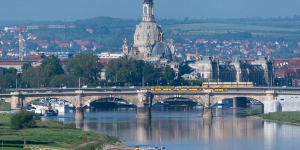 Auf der Suche nach Schuhen: Mann seilt sich von Dresdner Albertbrücke ab