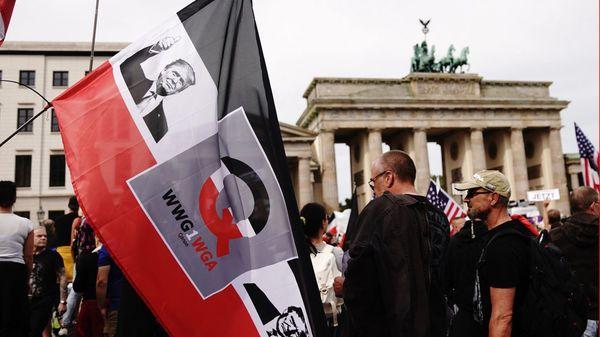 Qanon: Die deutsche Erfolgsgeschichte einer amerikanischen Verschwörungserzählung