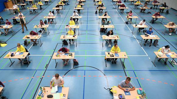 Gewerkschaft fordert: Abiturprüfungen notfalls absagen