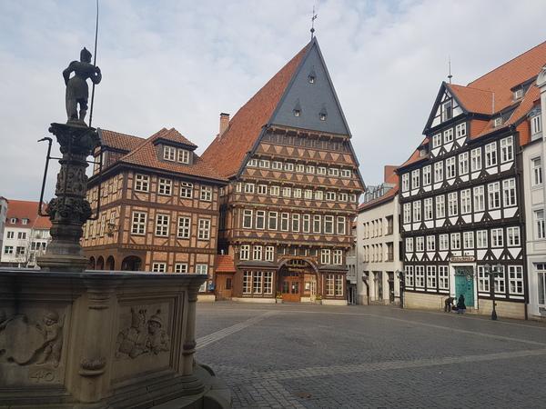 Der Hildesheimer Marktplatz mit dem Knochenhaueramtshaus. (Foto: Bernd Haase)