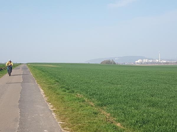 Blick aus der Feldmark auf die Zuckerfabrik Nordstemmen - und schemenhaft auf die Marienburg. (Foto: Bernd Haase)