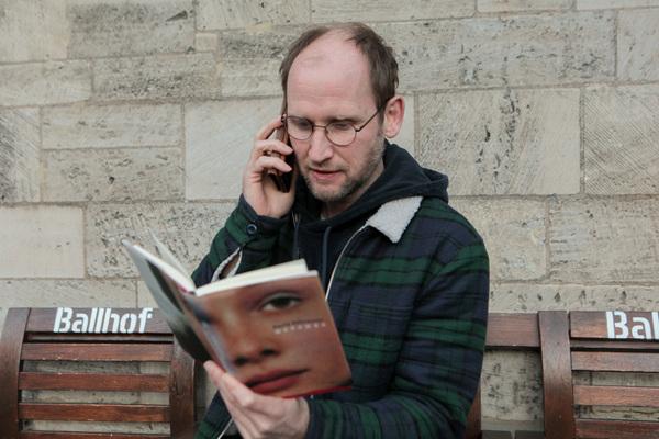 Bei Anruf eine großartige Geschichte: Torben Kessler aus dem Ensemble des Schauspiels Hannover ist auch ein erfahrener Hörbuchsprecher. (Foto: Katrin Kutter)