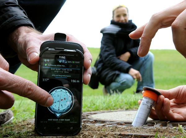 Mit dem Handy auf Schatzsuche Foto: dpa