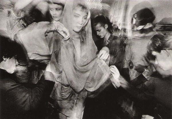 William Klein, Backstage Alaïa Blonde + Hood, Paris, 1986.